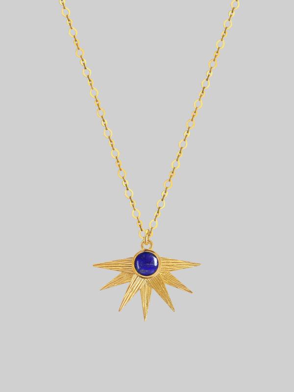 złoty naszyjnik z niebieskim kamieniem