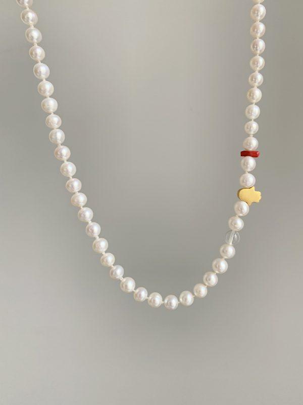 naszyjnik z pereł z koralem i hamsąiluzja jewellery